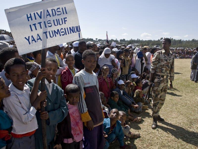 Crianças que prendem uma bandeira do HIV imagens de stock