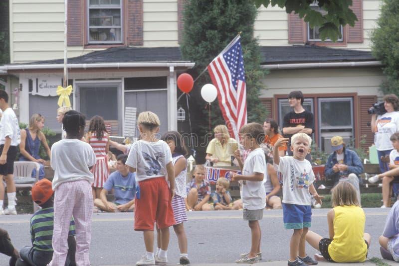 Crianças que preparam-se para o quarto da parada de julho imagem de stock
