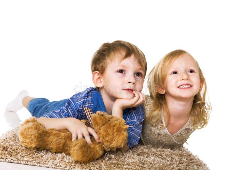 Crianças que prestam atenção à película das crianças imagem de stock