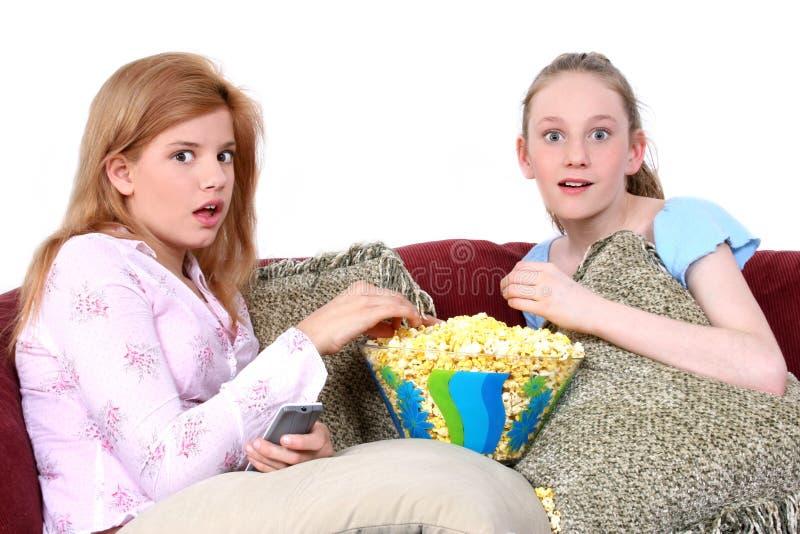 Crianças que prestam atenção à tevê junto foto de stock royalty free