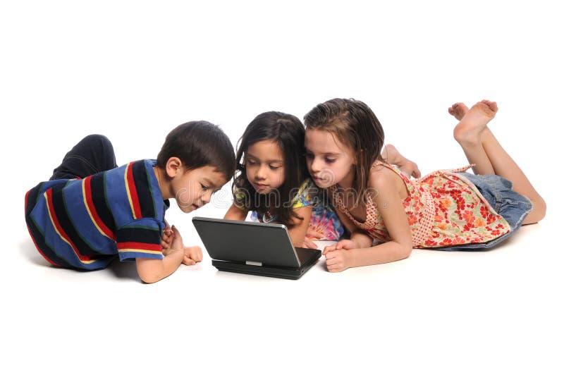 Crianças que prestam atenção ao filme no reprodutor de DVD imagens de stock royalty free
