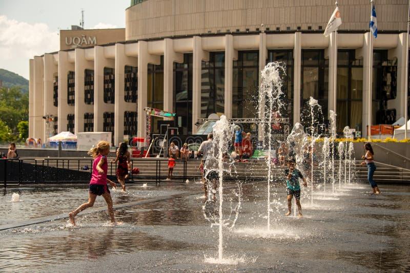 Crianças que refrigeram fora nas bacias da água da esplanada de artes do DES do lugar imagem de stock