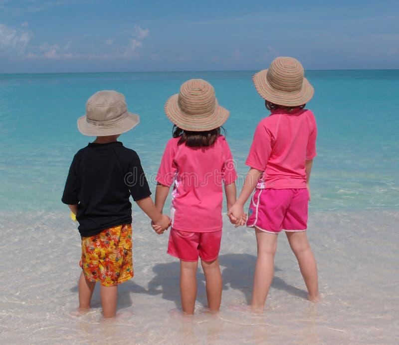 Crianças que remam no mar imagem de stock