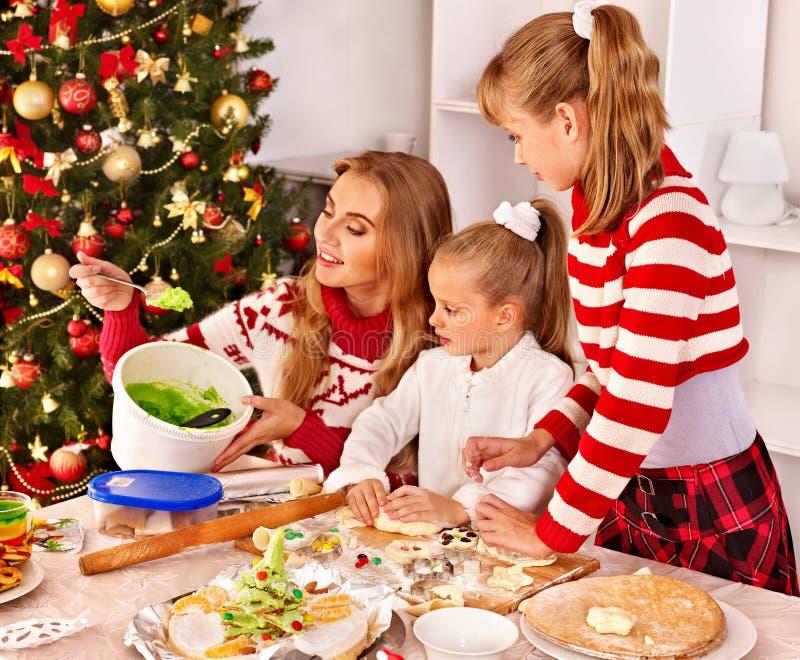 Crianças que rolam a massa na cozinha fotografia de stock royalty free