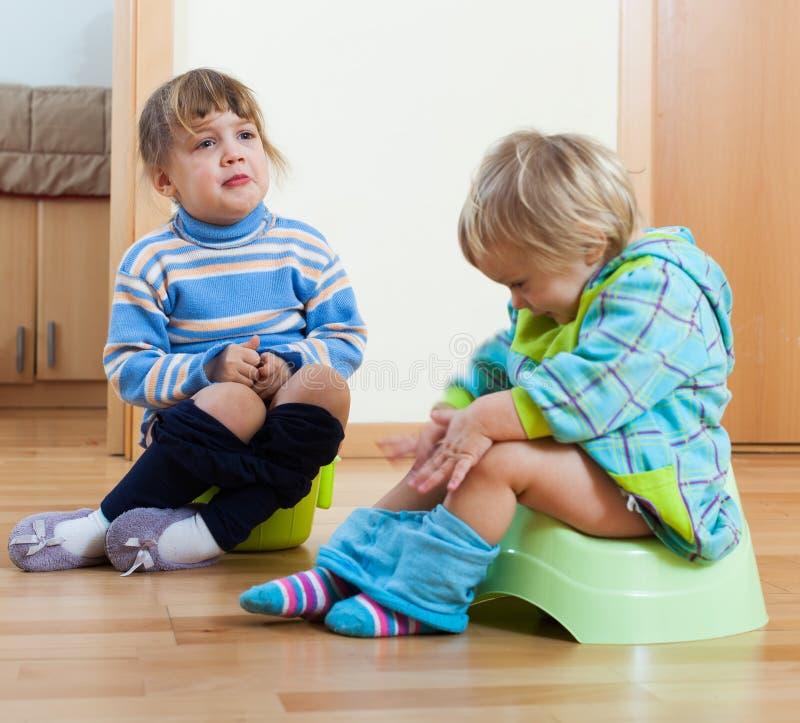 Crianças que sentam-se em bacios imagem de stock royalty free