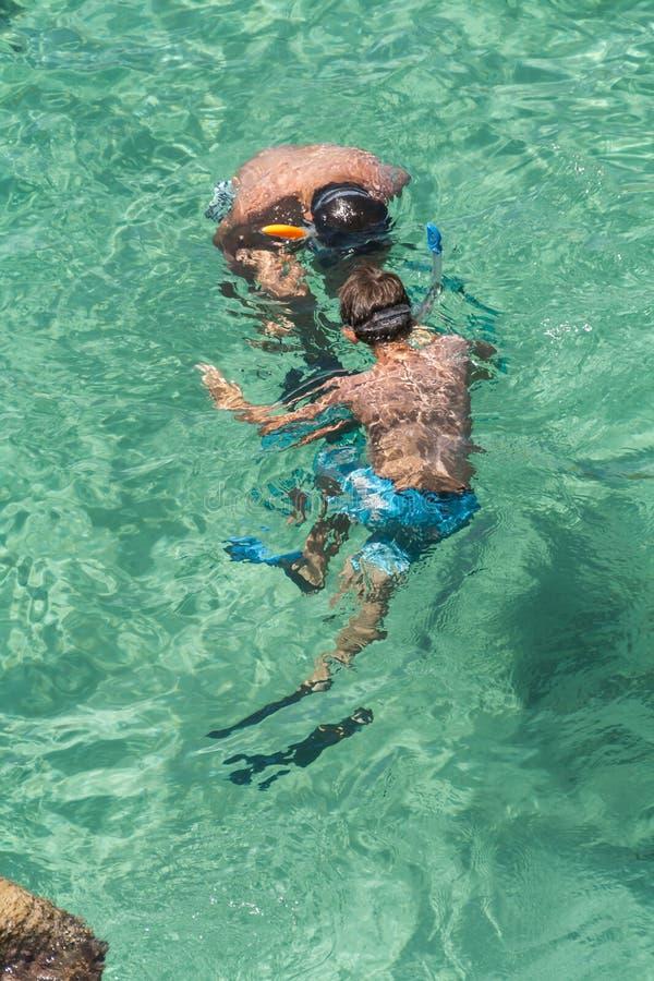 Crianças que snorkeling imagens de stock