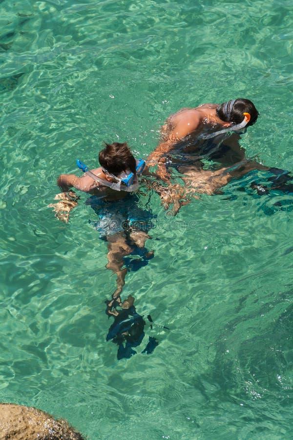Crianças que snorkeling fotografia de stock