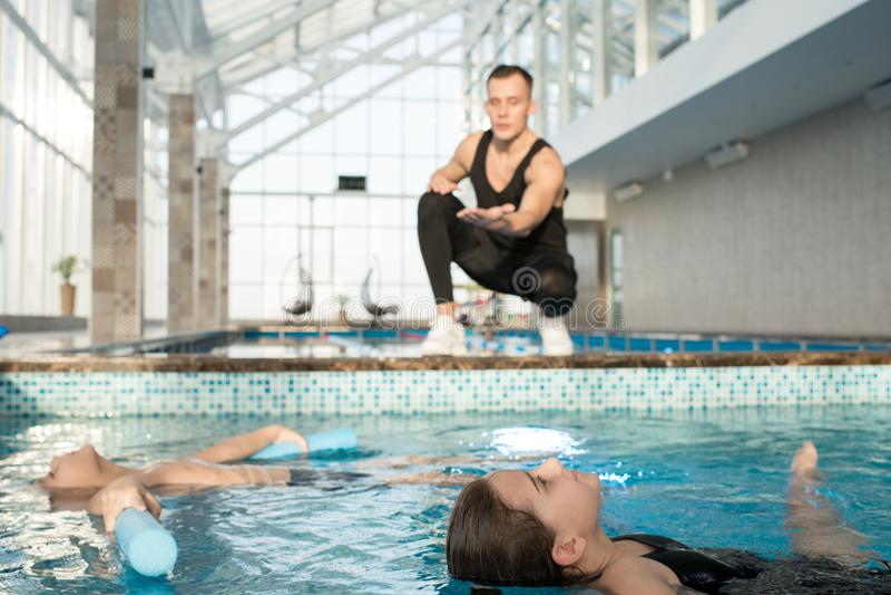 Crianças que têm a lição da natação imagens de stock royalty free