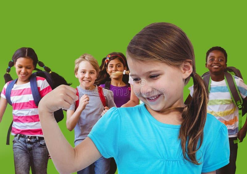 crianças que têm o divertimento com fundo verde fotografia de stock