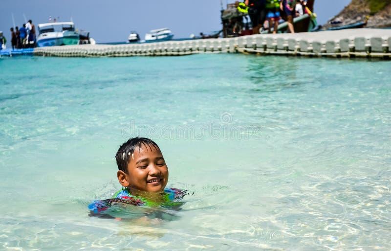 Crianças que têm o divertimento com jogo da água na praia imagem de stock