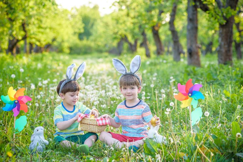 Crianças que têm o divertimento e que jogam com ovos da páscoa imagem de stock