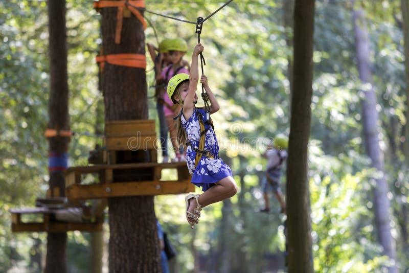 Crianças que têm o divertimento na maneira da corda no parque da recreação Jovens bonitos g fotos de stock royalty free