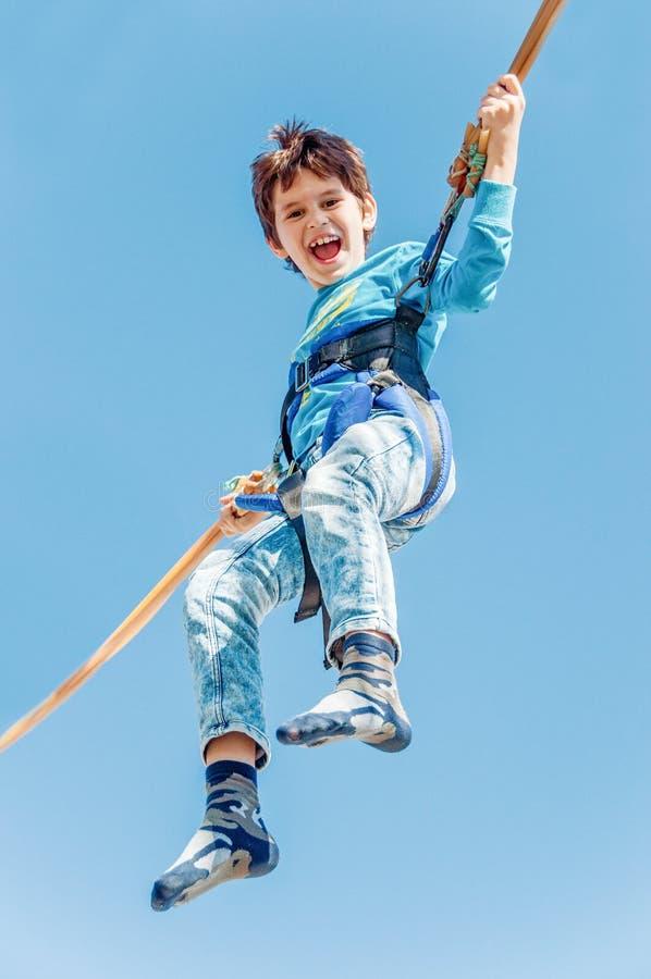 Crianças que têm o divertimento no parque de diversões Passeio na canoa Conceito feliz da infância fotos de stock
