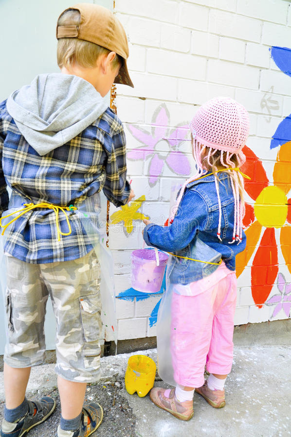 Crianças que tiram grafittis fotos de stock