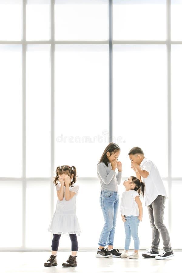 Crianças que tiranizam ao amigo foto de stock