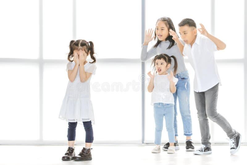 Crianças que tiranizam ao amigo imagens de stock