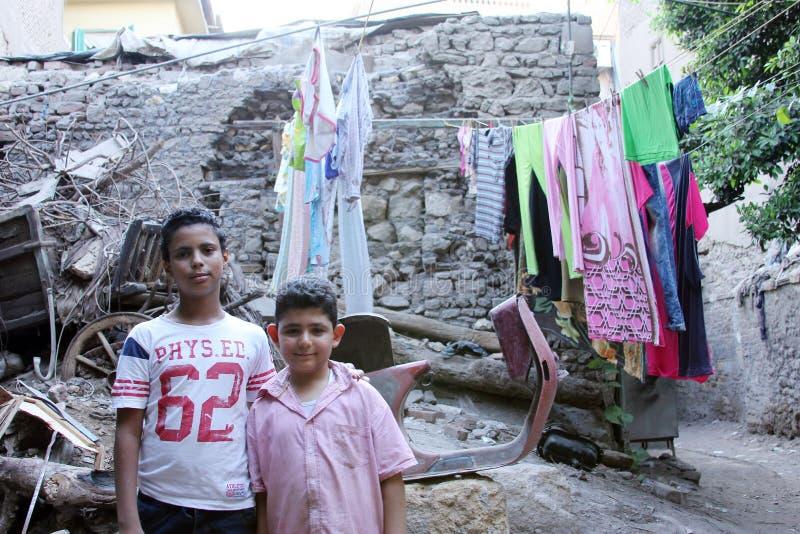2 crianças que tomam a foto ao lado do transporte histórico fotografia de stock
