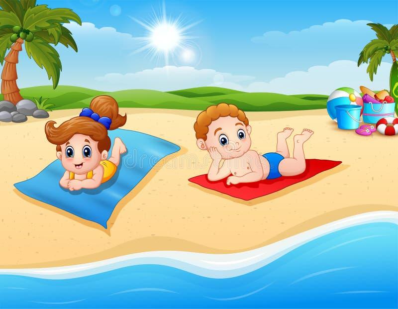 Crianças que tomam sol na esteira da praia ilustração royalty free
