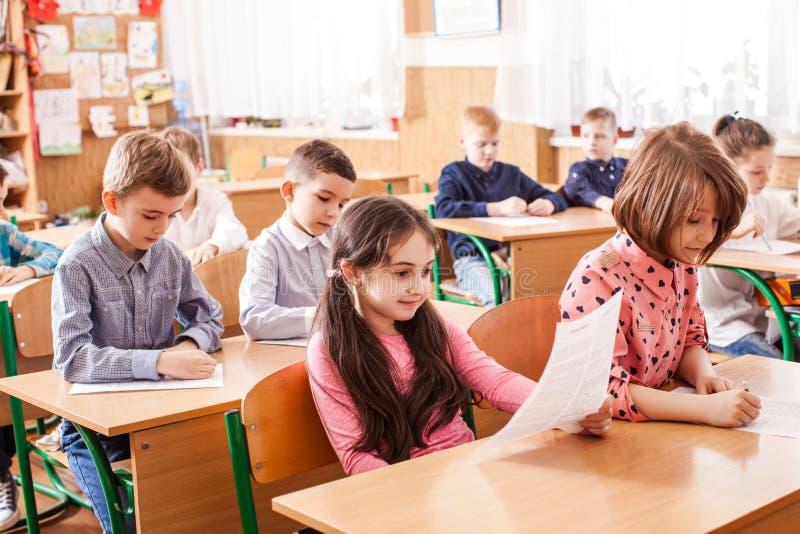 Crianças que tomam um exame foto de stock
