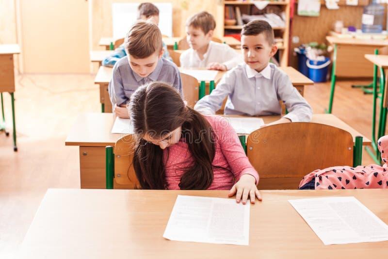 Crianças que tomam um exame imagens de stock royalty free