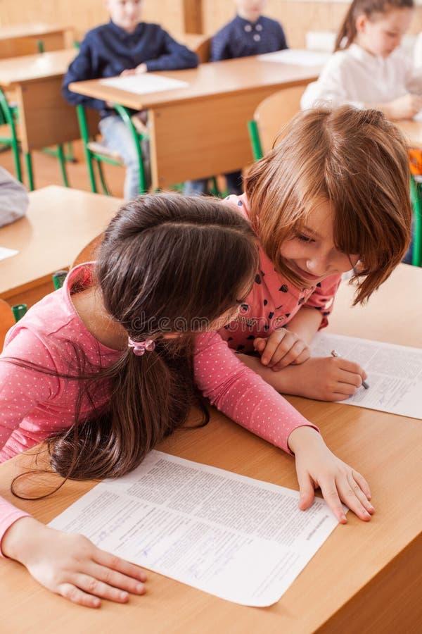 Crianças que tomam um exame imagem de stock royalty free