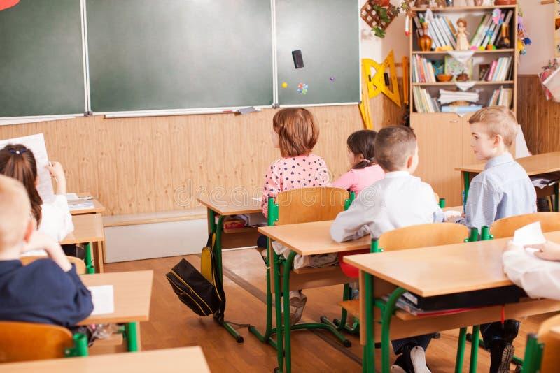 Crianças que tomam um exame foto de stock royalty free