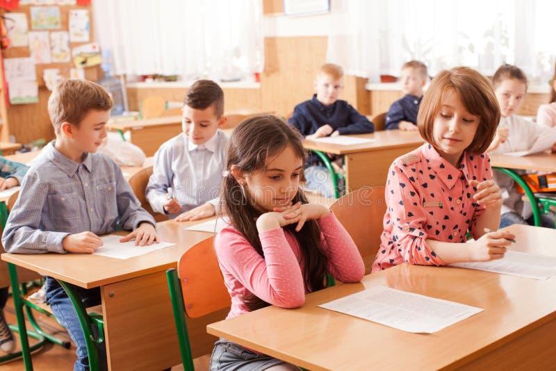 Crianças que tomam um exame fotos de stock
