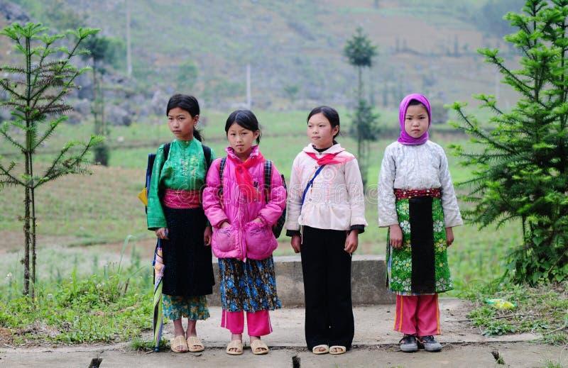 Crianças que vão à escola em Bac Kan, Vietname fotografia de stock royalty free