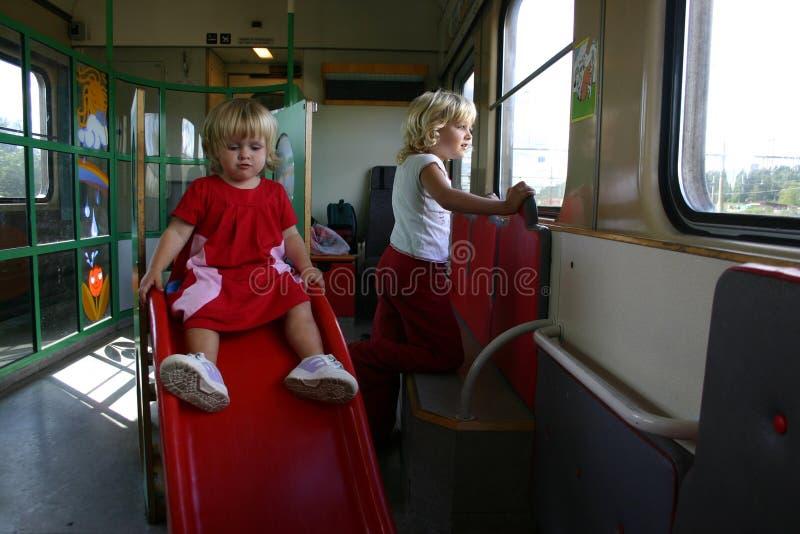 Crianças que viajam pelo trem imagem de stock