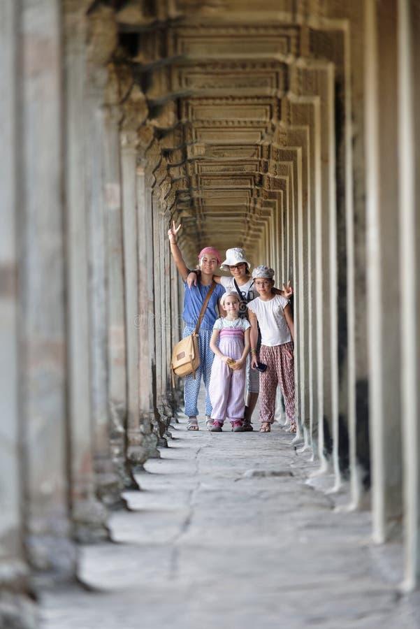 Crianças que visitam Angkor Wat foto de stock