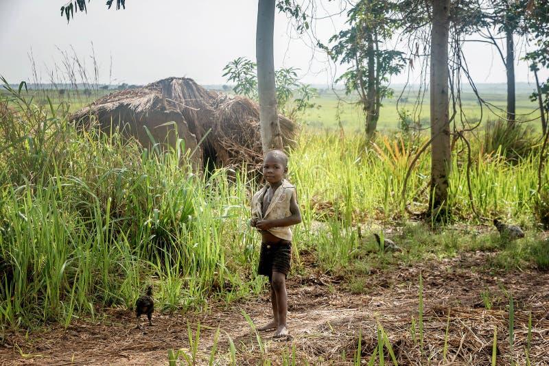 Crianças que vivem na vila perto da cidade de Mbale em Uganda, África fotos de stock