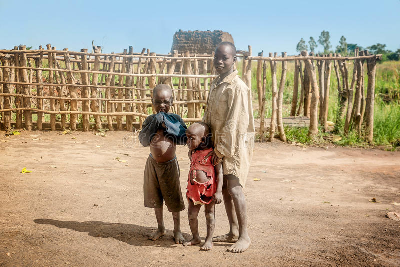 Crianças que vivem na vila perto da cidade de Mbale em Uganda, África foto de stock