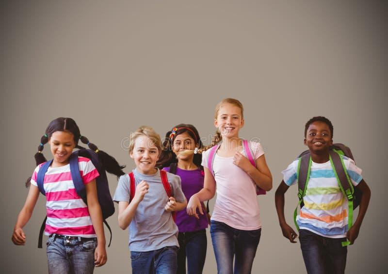 Crianças running com fundo marrom vazio foto de stock royalty free
