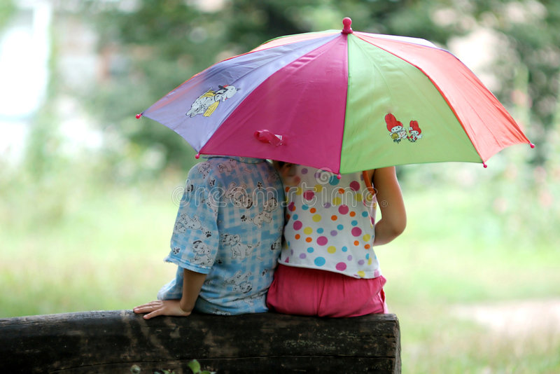 Crianças sob o guarda-chuva