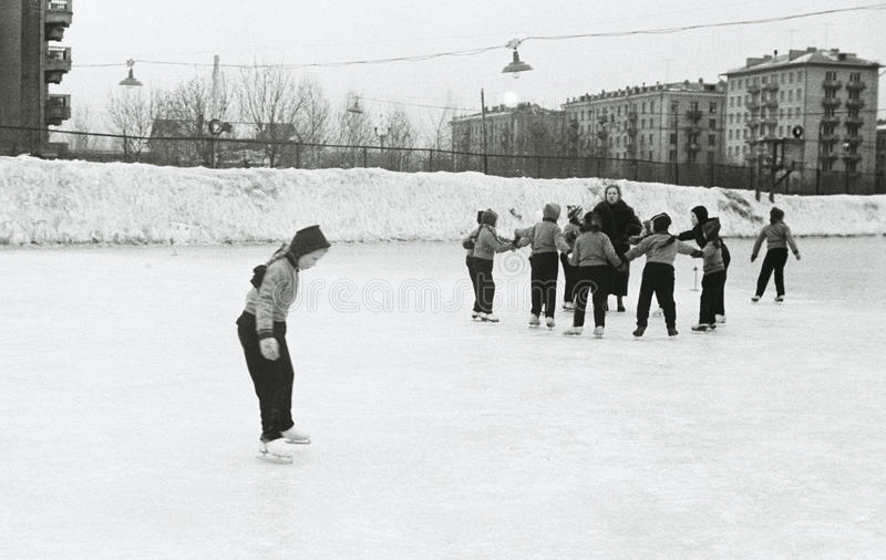 Crianças soviéticas na pista de gelo fotos de stock
