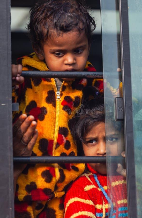 Crianças sujas pobres indianas fotos de stock