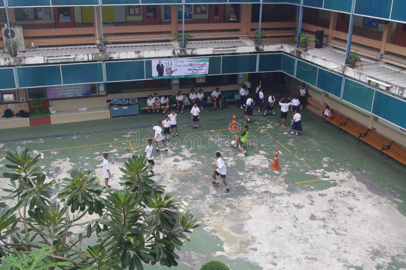 Crianças tailandesas que jogam o futebol foto de stock royalty free