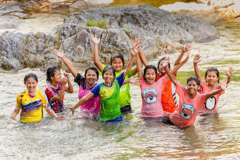 Crianças tailandesas que têm o divertimento no rio foto de stock