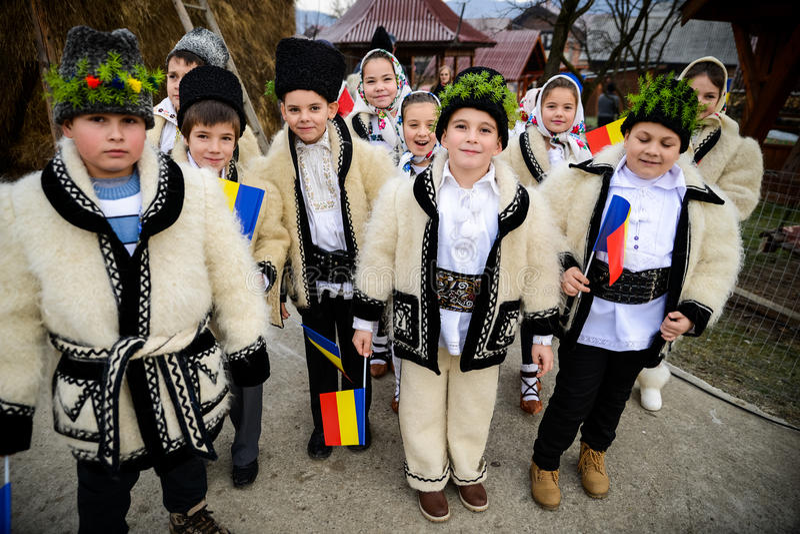Crianças vestidas na roupa romena tradicional