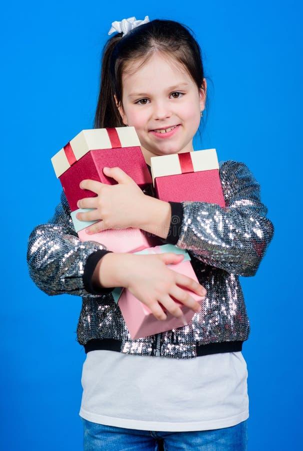 Crian?a alegre Menina com presente A menina pequena tem a caixa atual Feliz aniversario Celebra??o do feriado surpresa fotos de stock royalty free