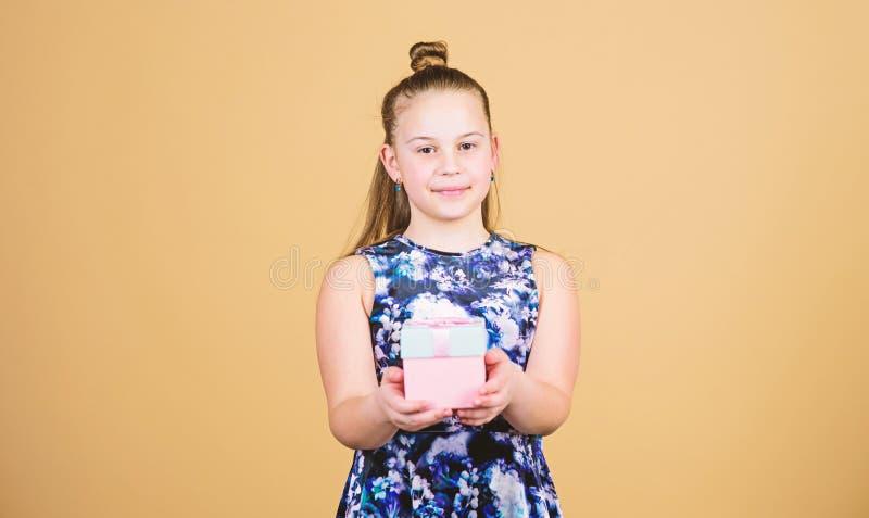 Crian?a alegre Menina com presente surpresa O dia das crian?as congratulation Feliz aniversario Celebra??o do feriado imagem de stock royalty free