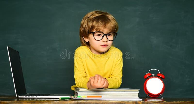 Crian?as da escola contra o quadro verde Aprendendo o conceito Processo educacional Crian?as que est?o atrasadas para a li??o Hor foto de stock