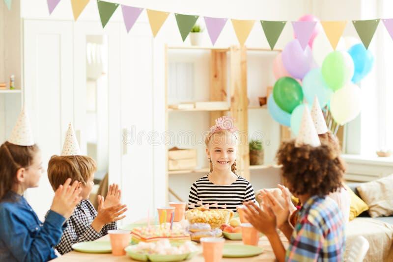 Crian?as felizes na festa de anos imagem de stock royalty free