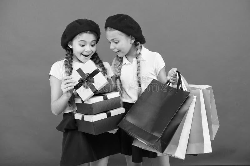 Crian?as pequenas da menina com sacos de compras Amizade e irmandade Anivers?rio e presentes de Natal internacional fotografia de stock