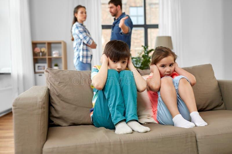 Crian?as tristes e pais que discutem em casa fotos de stock royalty free