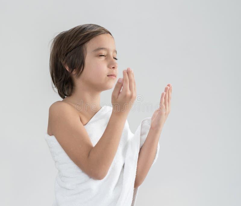 Crian?a com rezar da peregrina??o do Haj foto de stock