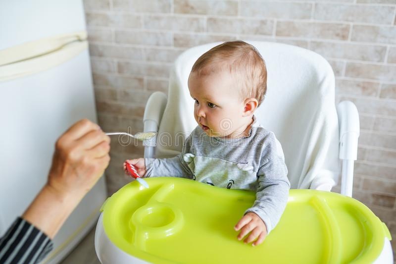Crian?a de alimenta??o da matriz Primeiro alimento cont?nuo para a crian?a Nutri??o saud?vel para crian?as foto de stock