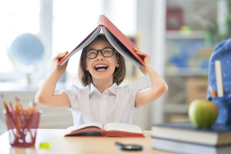 A crian?a est? aprendendo na classe imagens de stock royalty free