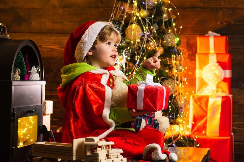 Crian?a sonhadora do beb? na Noite de Natal Acredite no milagre do Natal Desejo para encontrar Papai Noel Feriados de inverno fel imagens de stock