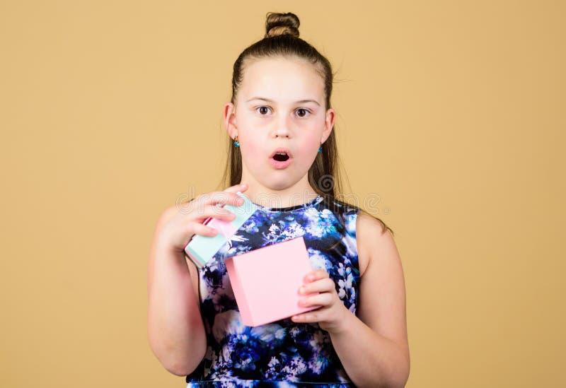 Crian?a surpreendida Menina com presente Menina pequena com caixa atual surpresa O dia das crian?as congratulation feliz imagens de stock royalty free